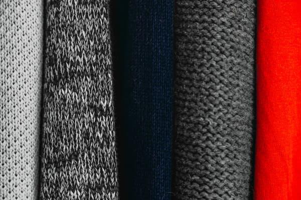 色は黒かグレー、ビジネスなら紺もアリ